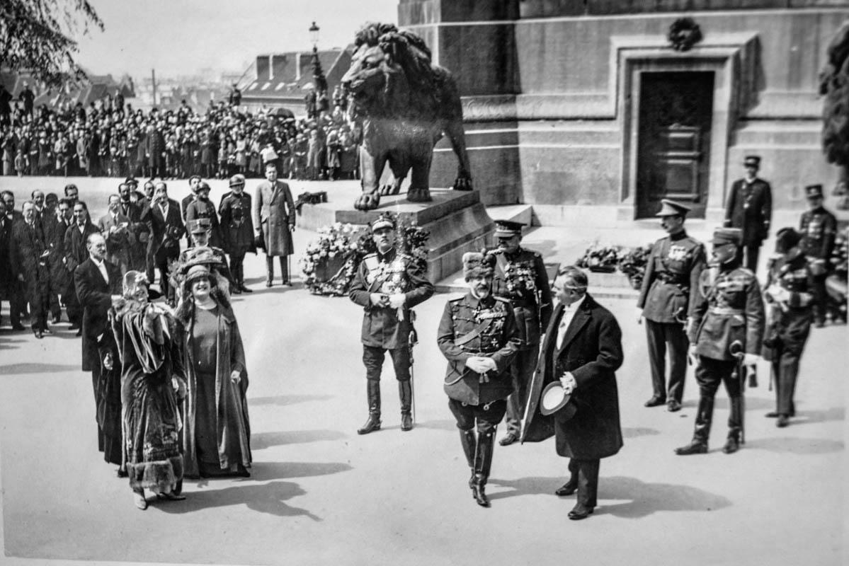 Regina Maria şi regele Ferdinand la Mormântul Soldatului Necunoscut <br /> Sursă foto: Arhivele Naționale ale României