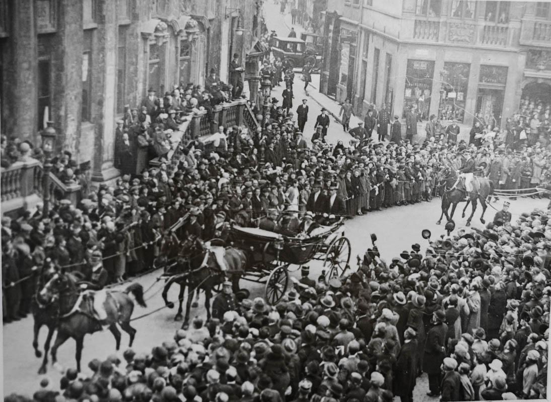 Primirea pe străzile din Bruxelles a Reginei Maria și a Regelui Ferdinand <br /> Sursă foto: Arhivele Naționale ale României