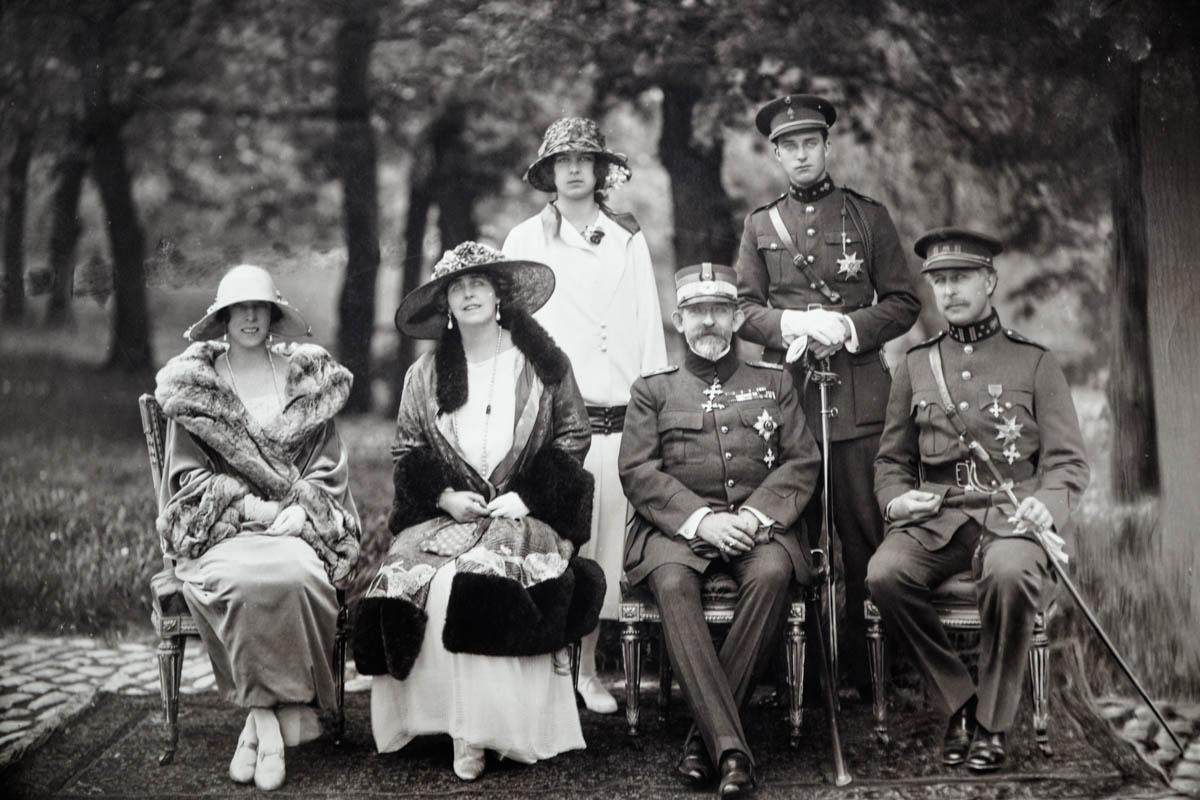 Regina Maria şi regele Ferdinand în vizită în Belgia, la Bruxelles, în grădina Palatului Regal. Alături: Regele Belgiei Albert I, regina Elisabeta de Bavaria şi copiii lor. Sursă foto: Arhivele Naționale ale României