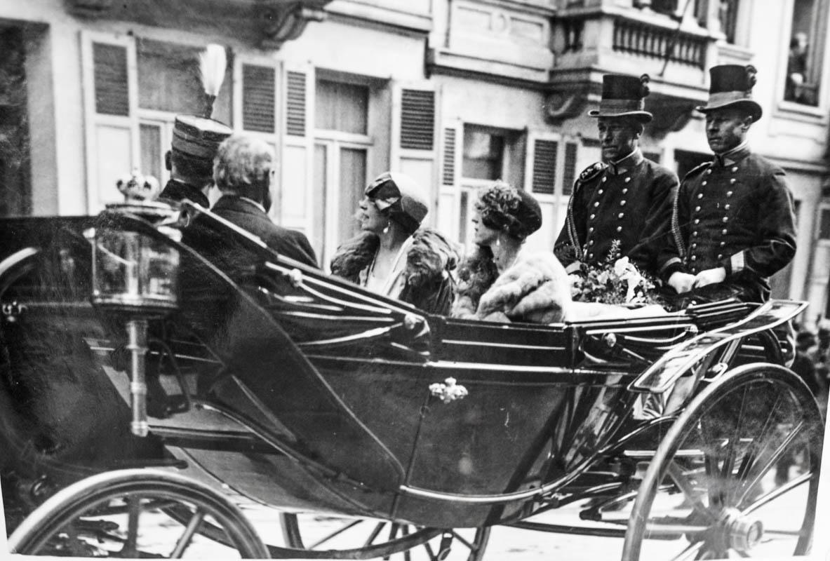 Regina Maria şi regina Elisabeta de Bavaria a Belgiei, în caleașcă, pe străzile din Bruxelles <br /> Sursă foto: Arhivele Naționale ale României