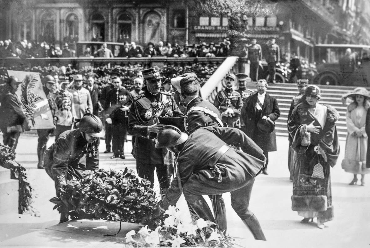 Regina Maria şi regele Ferdinand, depunând coroane de flori la Mormântul Soldatului Necunoscut <br /> Sursă foto: Arhivele Naționale ale României