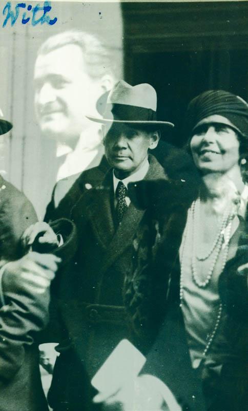 Regina Maria alături de detectivul special Kenyon, pus la dispoziție de Departamentul de Stat să o protejeze pe tot timpul șederii în America  <br /> Sursă foto: Arhivele Naționale ale României