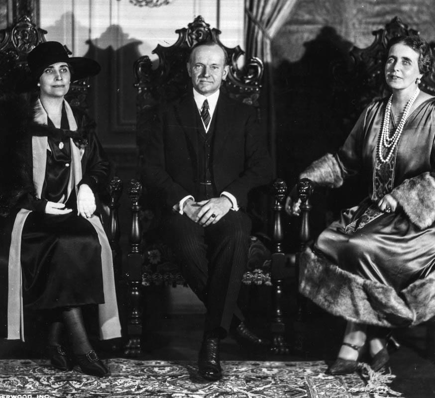 Regina Maria alături de președintele SUA, Calvin Coolidge, și soția sa Grace <br /> Sursă foto: Arhivele Naționale ale României
