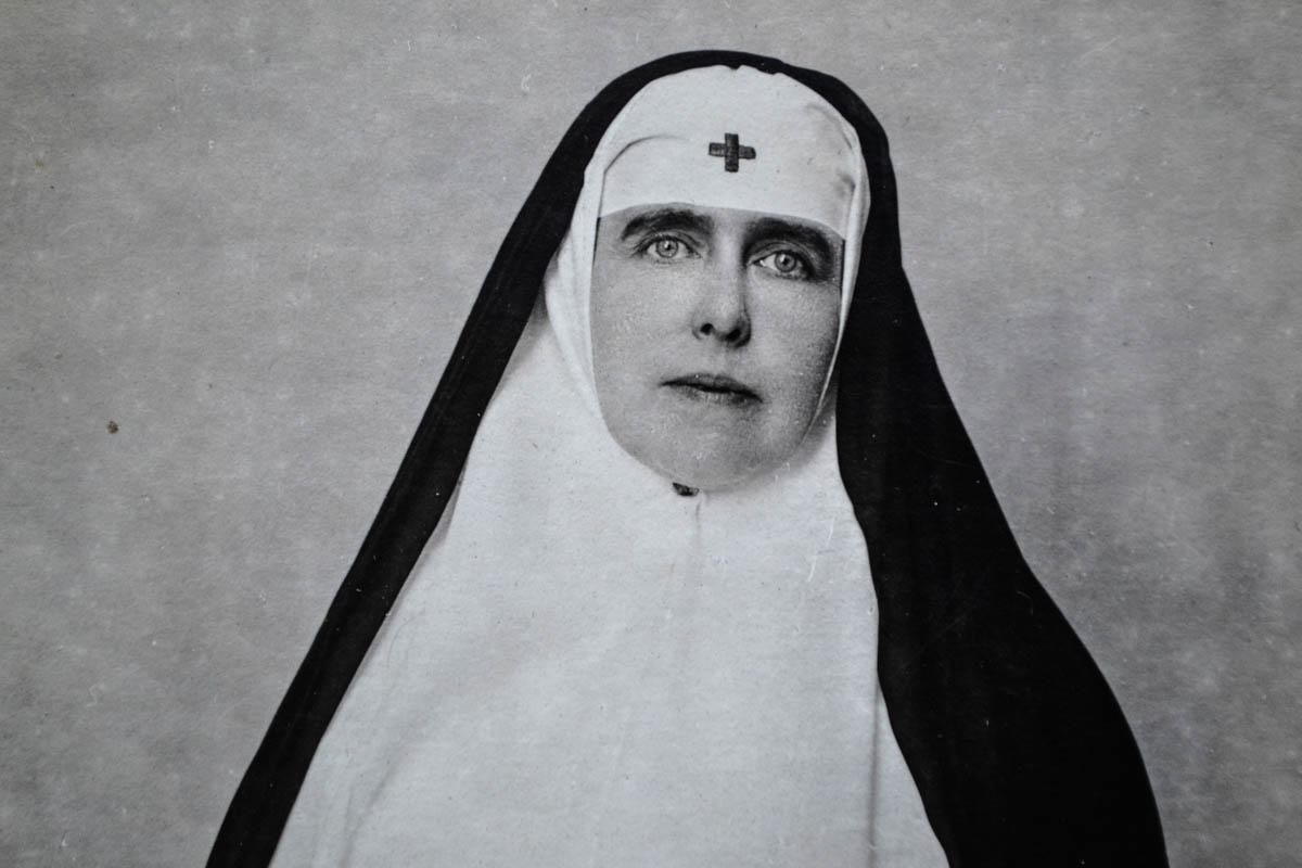 2. Regina Maria, îmbrăcată în uniforma de soră medicală a Crucii Roşii, 1918 <br /> Sursă foto: Arhivele Naționale ale României