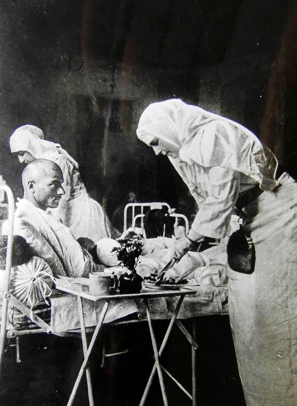 4. Regina Maria îngrijnd un rănit în spital luptele din toamna anului 1916 <br /> Sursă foto: Arhivele Naționale ale României