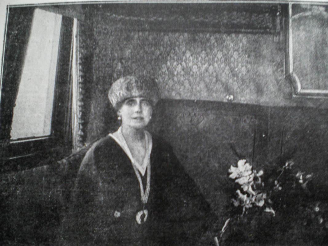 Regina Maria plecând cu trenul spre Paris, 1919