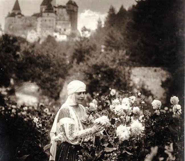 Regina Maria în grădina cu flori a Castelului Bran <br /> Sursă foto: Arhivele Naționale ale României
