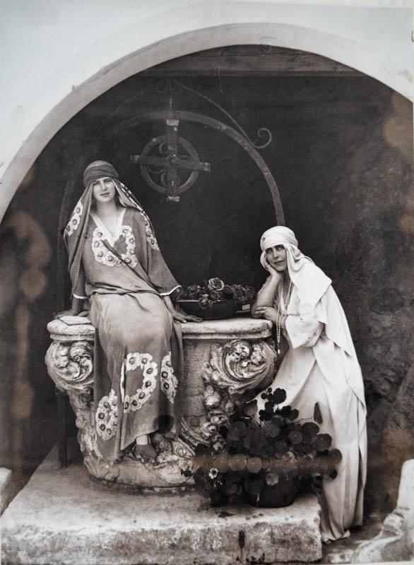 Atmosferă romantică. Regina Maria îmbrăcată în stil oriental la Bran <br /> Sursă foto: Arhivele Naționale ale României