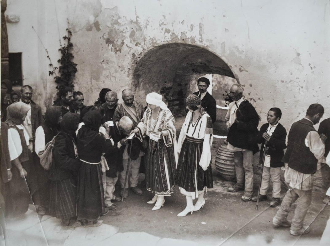 Regina Maria și fiica sa, Principesa Ileana, alături de un grup de ţărani în curtea Castelului Bran, cca. 1926 <br /> Sursă foto: Arhivele Naționale ale României