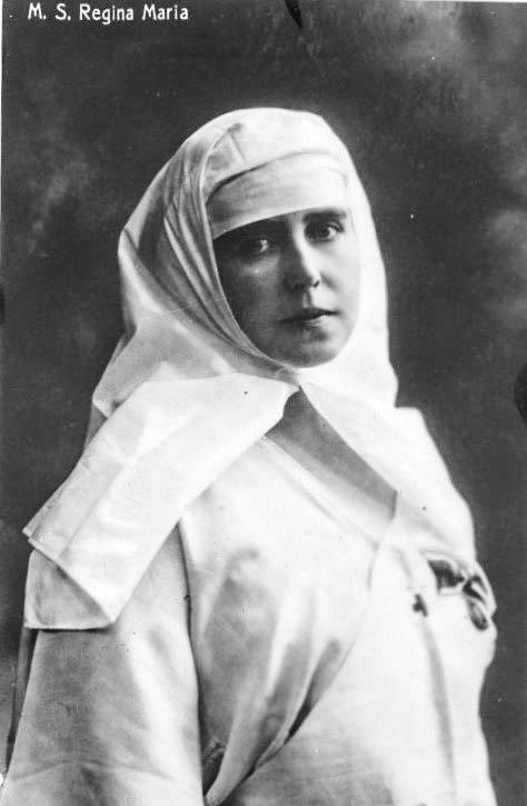 Regina Maria, îmbrăcată în uniforma de soră medicală a Crucii Roşii, 1918 <br /> Sursă foto: Arhivele Naționale ale României