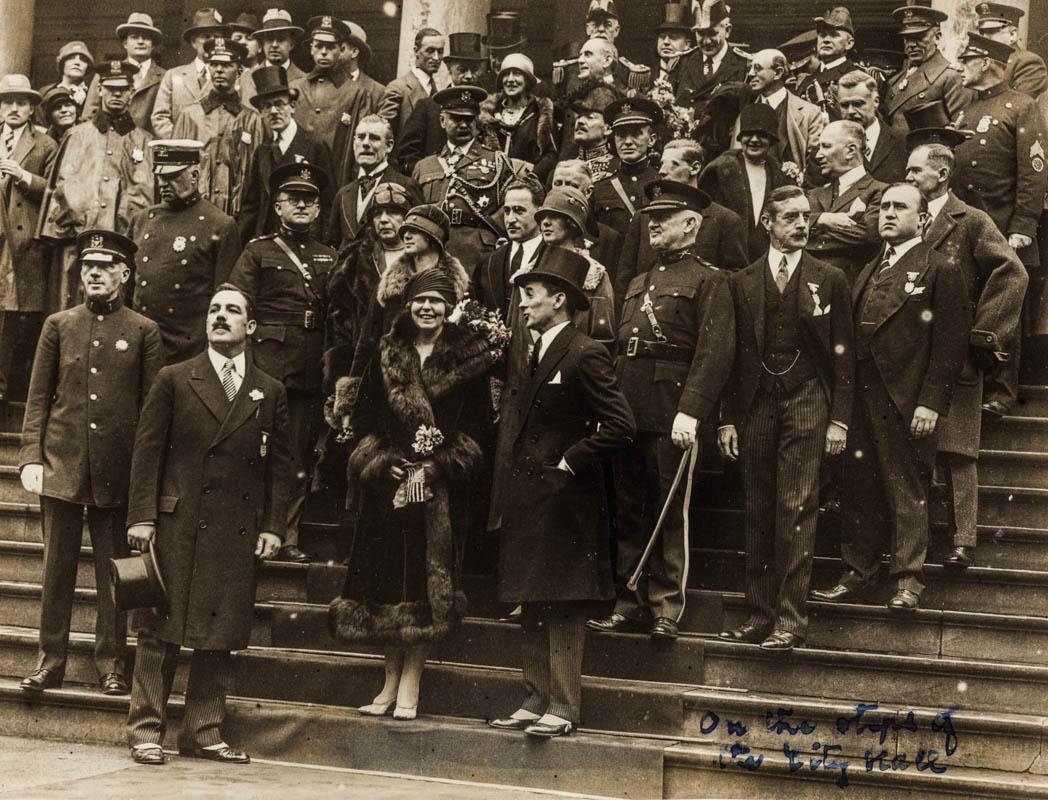 Pe treptele Primăriei New York. Regina Maria alături de primarul James J. Walker și alți oficiali americani <br /> Sursă foto: Arhivele Naționale ale României