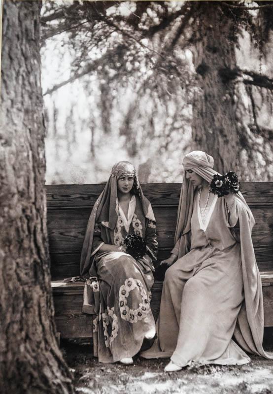 Regina Maria și fiica sa Ileana, grădina cu flori a Castelului Bran <br /> Sursă foto: Arhivele Naționale ale României