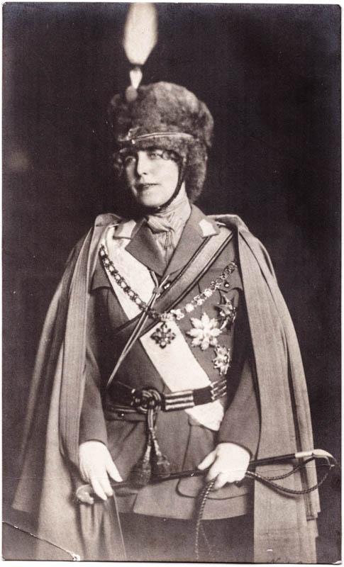 Regina Maria îmbrăcată în uniformă militară  <br /> Sursă foto: Arhivele Naționale ale României