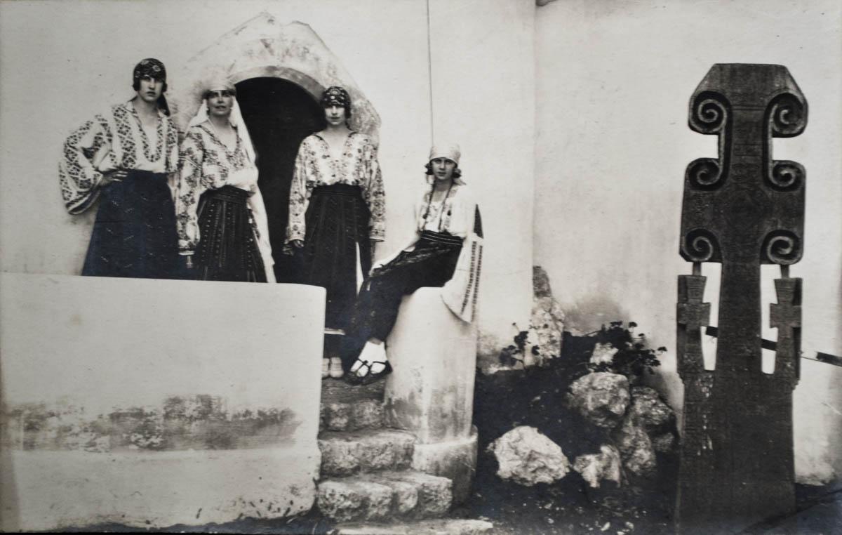 Principesele Elena, Irene și Ileana alături de Regina Maria, la Castelul Bran <br /> Sursă foto: Arhivele Naționale ale României