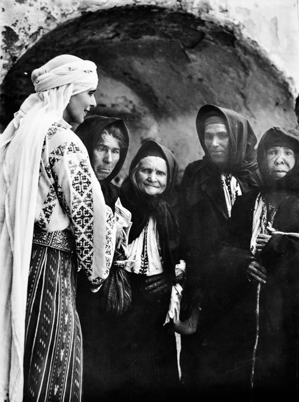 Regina Maria împreună cu sătenii din Bran <br /> Sursă foto: Arhivele Naționale ale României