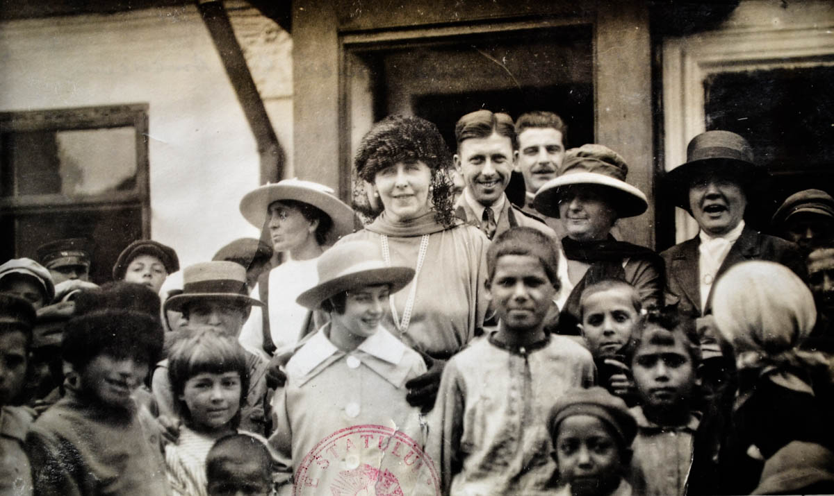 Misiunea Crucii Roșii Americane în România. Regina Maria în mijlocul copiilor săraci și orfani, afectați de război <br /> Sursă foto: Arhivele Naționale ale României
