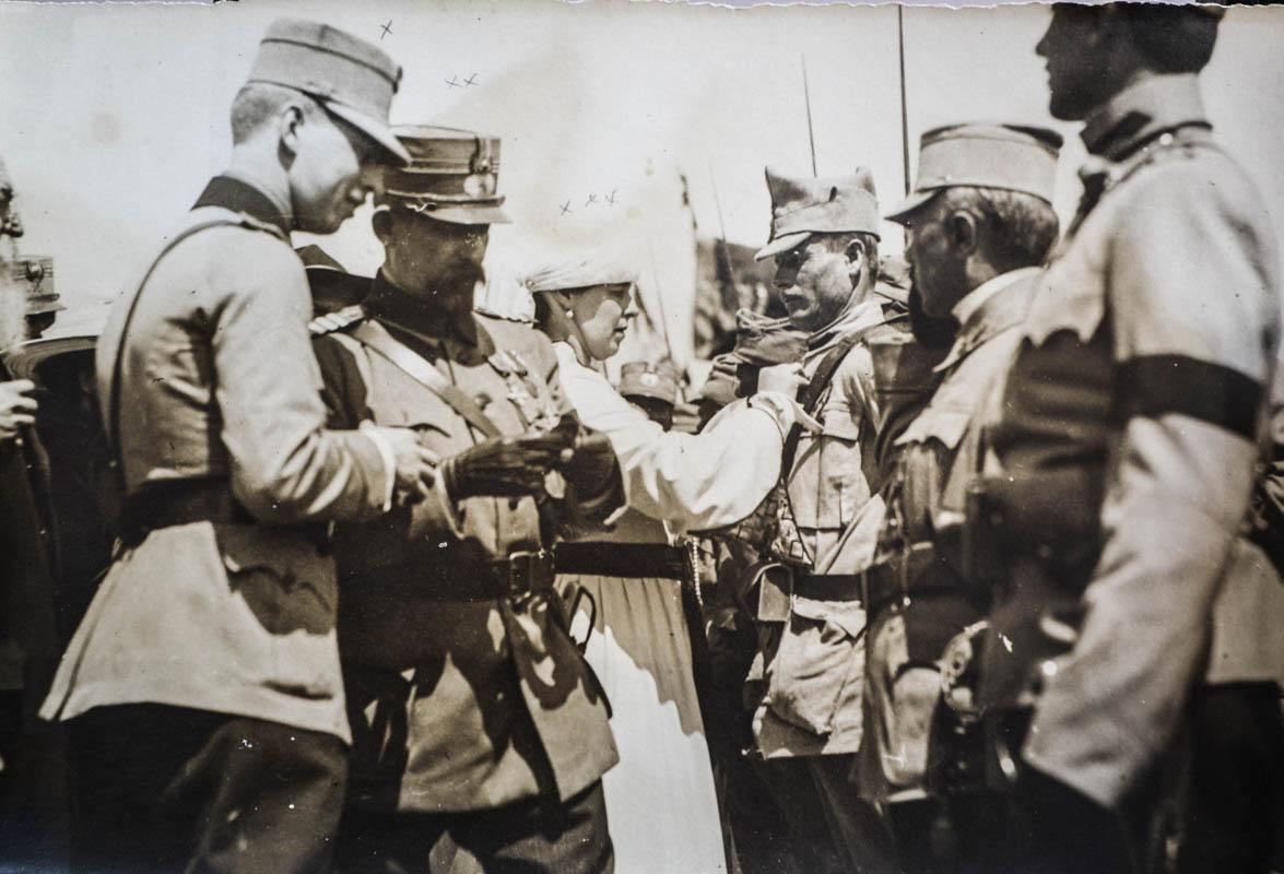 Regina Maria decorând soldații pe front, Iași, 1917 <br /> Sursă foto: Arhivele Naționale ale României