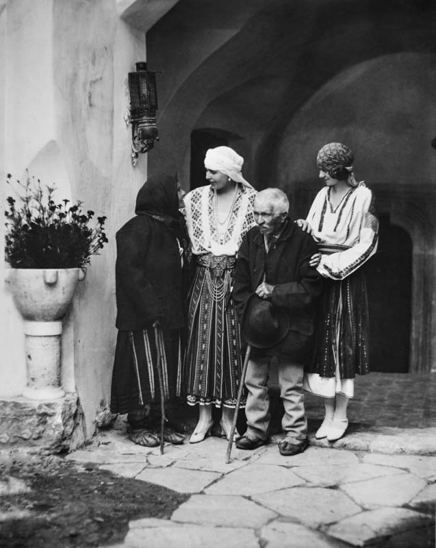 Regina Maria și principesa Ileana, alături de un grup de țărani în curtea Castelului Bran, 1926 <br /> Sursă foto: Arhivele Naționale ale României