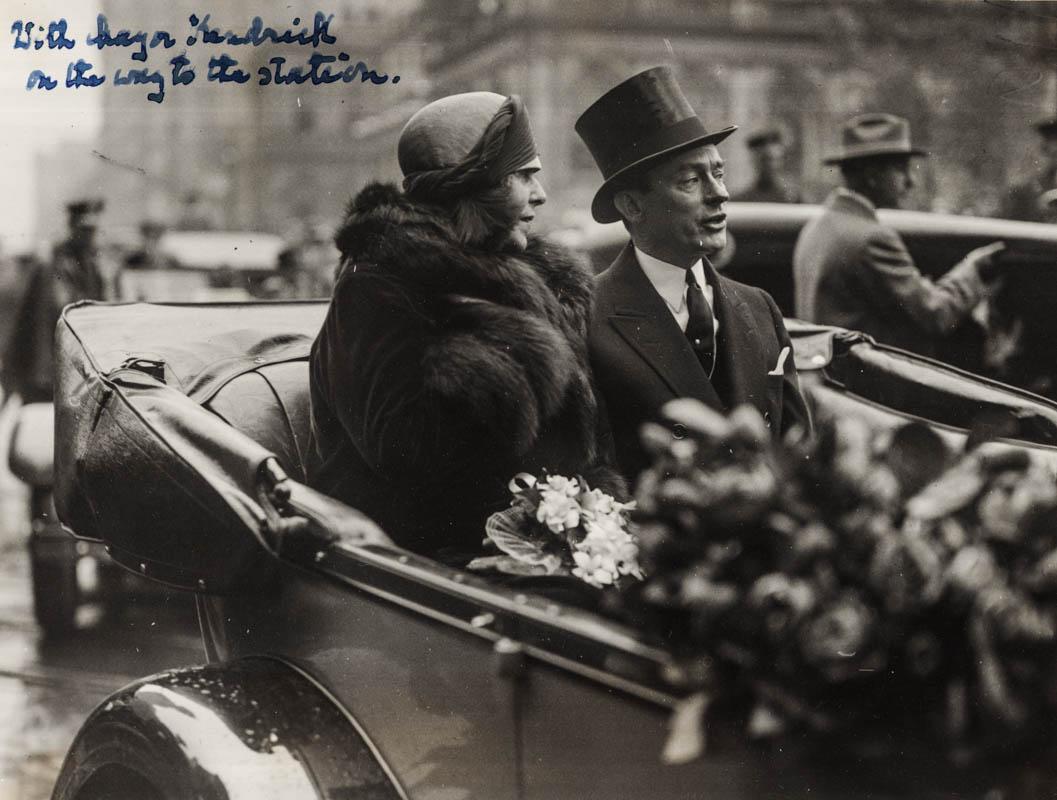 Regina Maria alături de primarul orașului New York, James J. Walker, în drum spre gară <br /> Sursă foto: Arhivele Naționale ale României