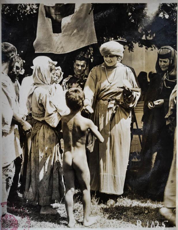 Misiunea Crucii Roșii Americane în România. Regina Maria oferind mâncare și ajutor copiilor săraci și orfani, afectați de război <br /> Sursă foto: Arhivele Naționale ale României