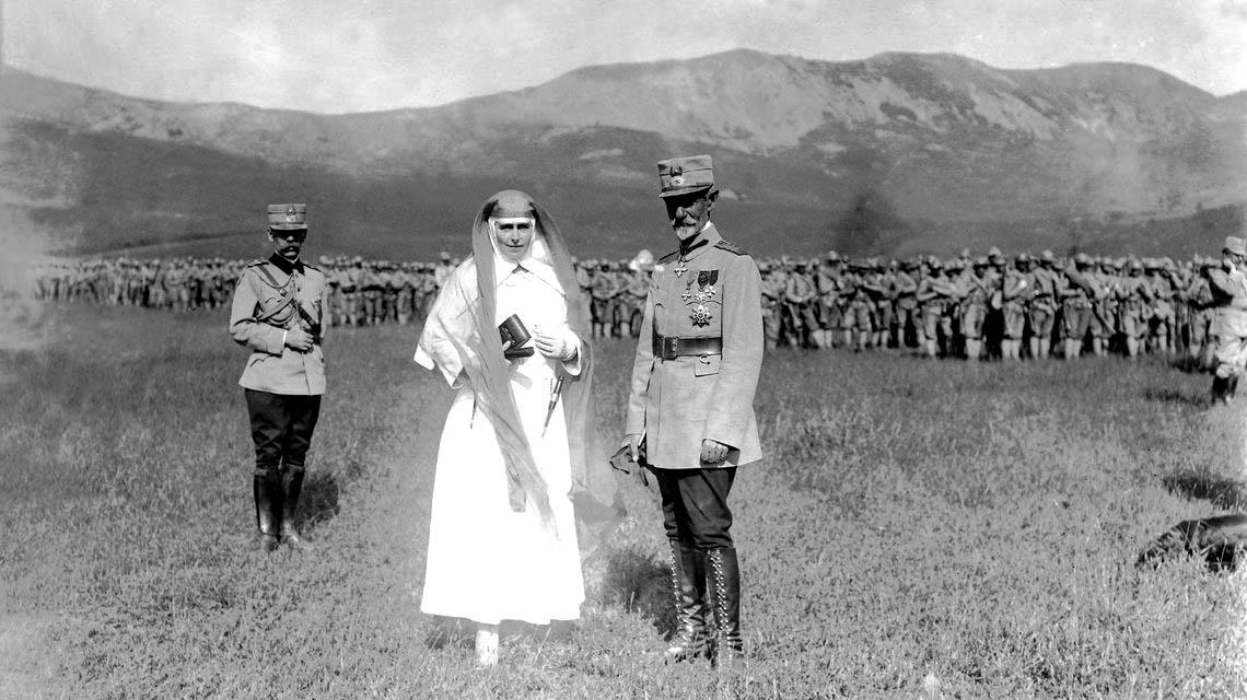 Regina Maria și generalul Alexandru Averescu, Târgu-Ocna, septembrie 1917 <br /> Sursă foto: Arhivele Naționale ale României