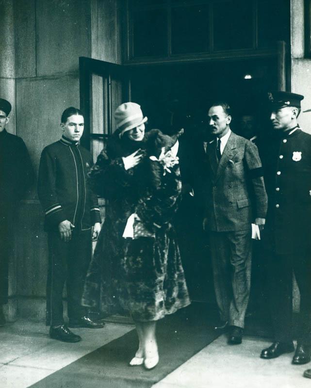 Regina Maria la plecarea din hotelul din New York <br /> Sursă foto: Arhivele Naționale ale României