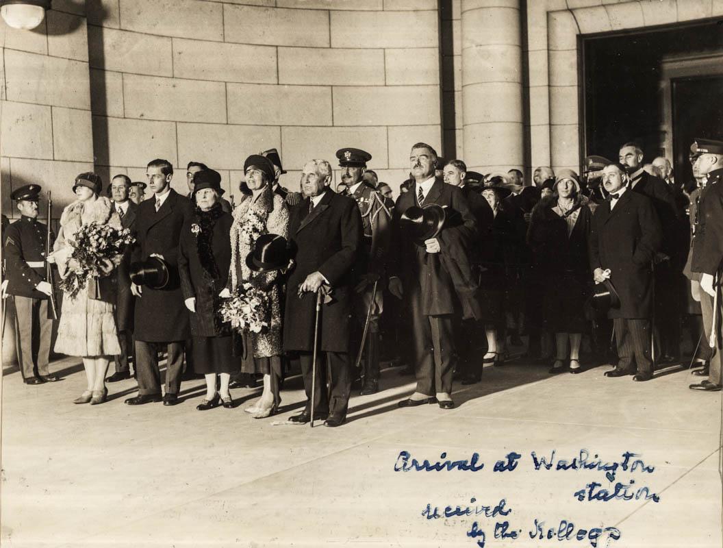 Sosirea reginei Maria la gara Washington, primită de soții Kellogg <br /> Sursă foto: Arhivele Naționale ale României