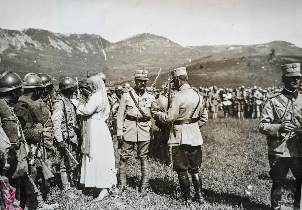 Regina Maria şi regele Ferdinand I decorând soldaţii distinşi în luptele de la Mărăşeşti, 28 august 1917  <br /> Sursă foto: Arhivele Naționale ale României