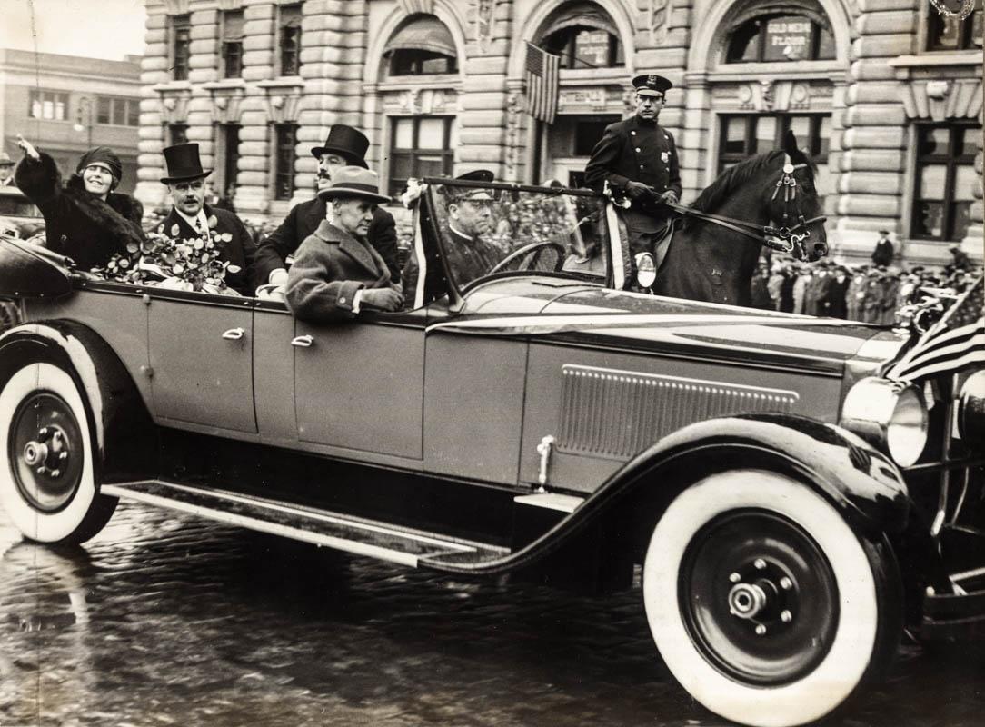 Regina Maria întâmpinată de americani pe străzile orașului New York <br /> Sursă foto: Arhivele Naționale ale României