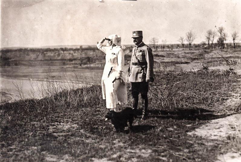 Regina Maria și generalul Eremia Grigorescu, îmbrăcată în uniforma de soră medicală a Crucii Roşii, la Cosmești pe malul Siretului, 1917 <br /> Sursă foto: Arhivele Naționale ale României