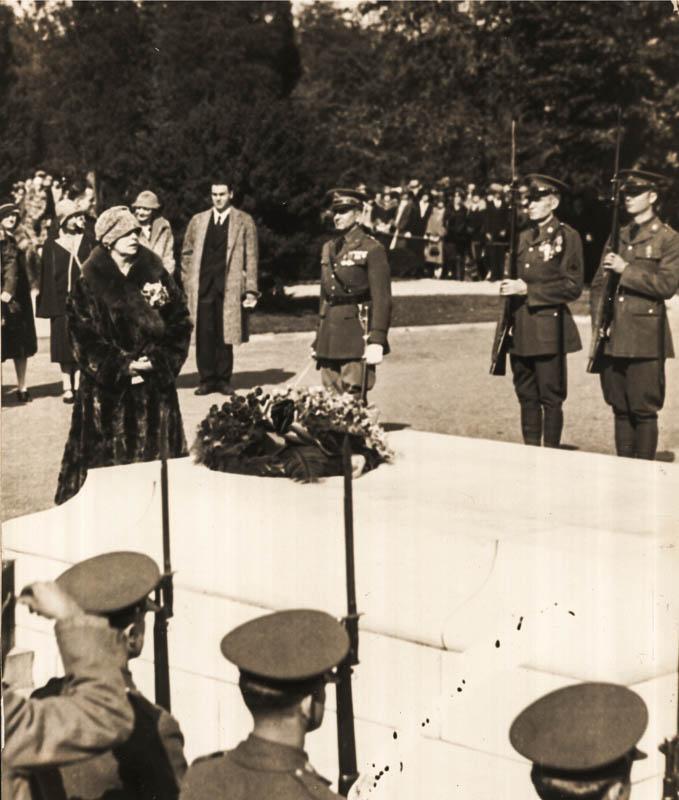 Regina Maria la Mormântul Soldatului Necunoscut din Cimitirul Național Arlington <br /> Sursă foto: Arhivele Naționale ale României
