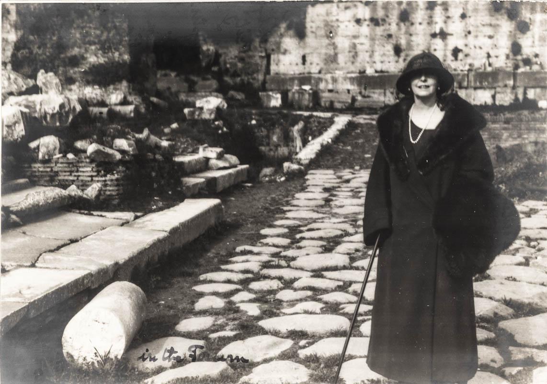Regina Maria la Forul lui Traian, Roma, 1924 <br /> Sursă foto: Arhivele Naționale ale României