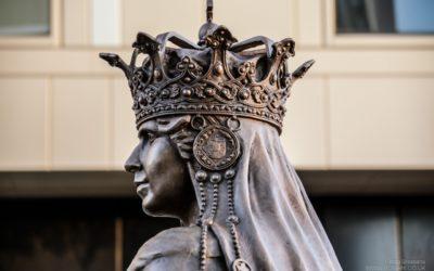Prima statuie a Reginei Maria în Marea Britanie