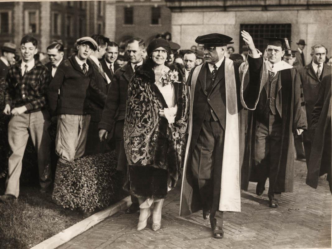 Regina Maria primită la Universitatea Columbia, alături de președintele universității Murray Butler <br /> Sursă foto: Arhivele Naționale ale României