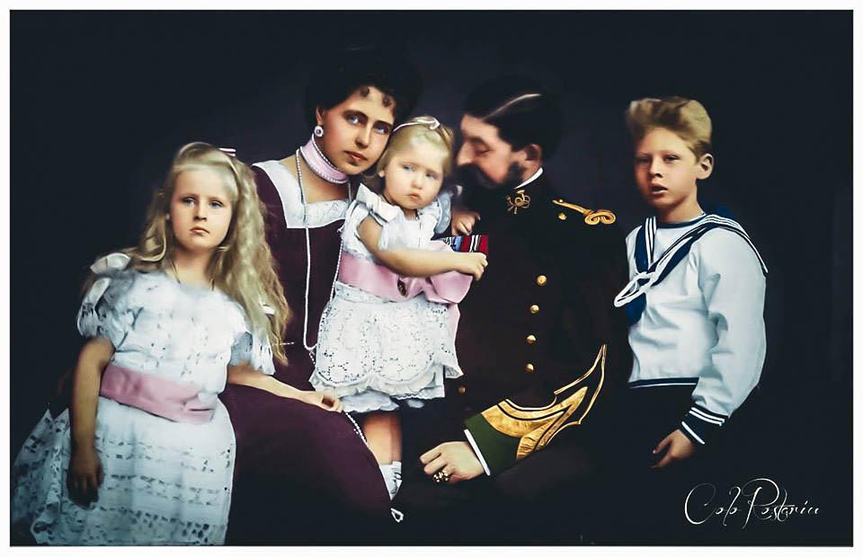 Regina Maria și regele Ferdinand împreună trei dintre copiii lor <br /> Fotografie colorizată de Florin Roștariu