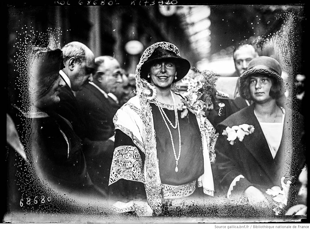 Regina Maria în gara din Lyon, Franța, 1924  <br /> Sursă foto: gallica.bnf.fr / Bibliothèque nationale de France