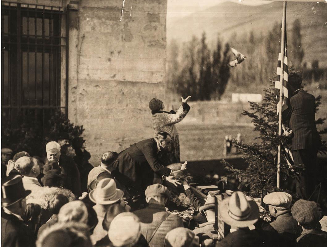 Regina Maria dând drumul unui porumbel călător la inaugurarea Muzeului de Artă Maryhill <br /> Sursă foto: Arhivele Naționale ale României