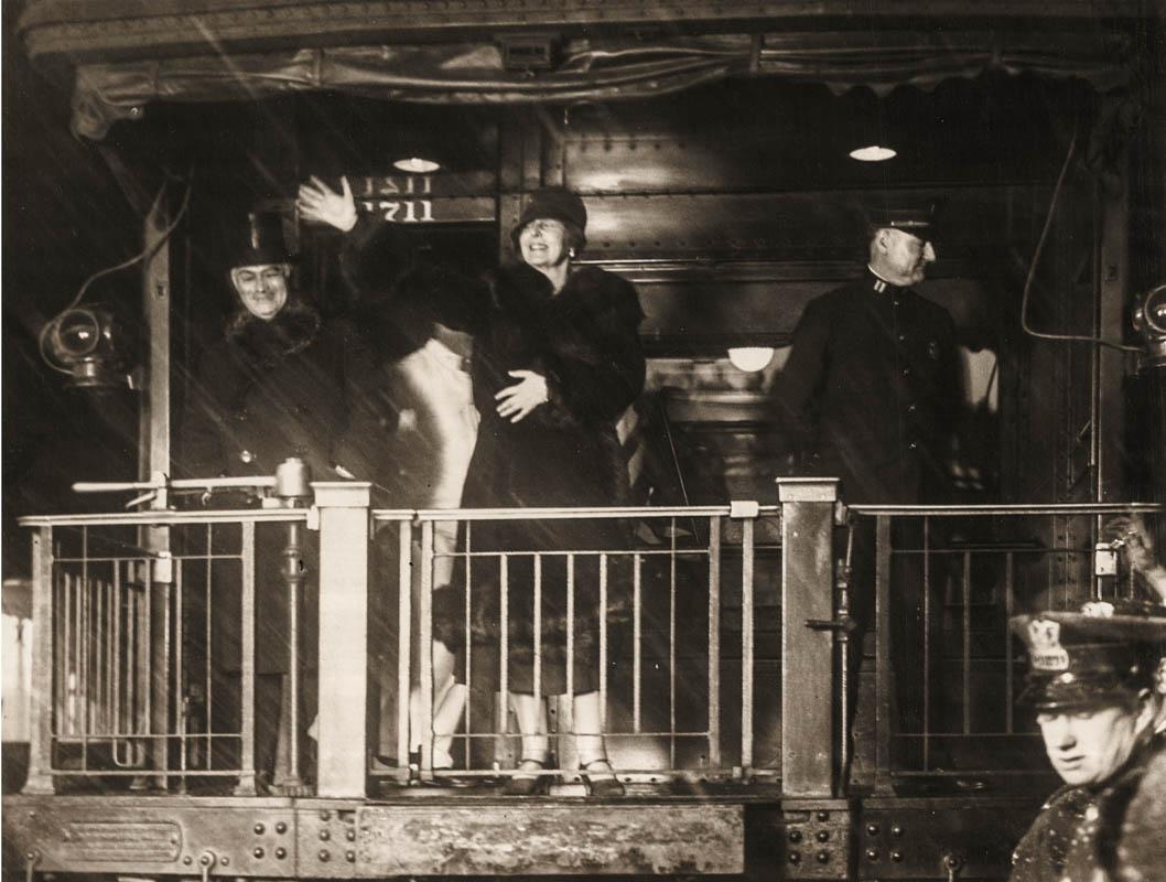 Regina Maria luându-şi bun rămas de la locuitorii din Chicago <br /> ursă foto: Arhivele Naționale ale României
