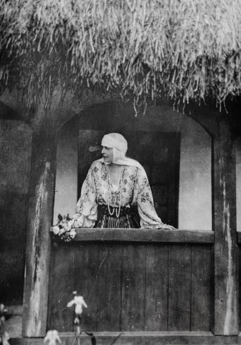 Regina Maria, îmbrăcată în port popular, la Castelul Bran <br /> Sursă foto: Arhivele Naționale ale României