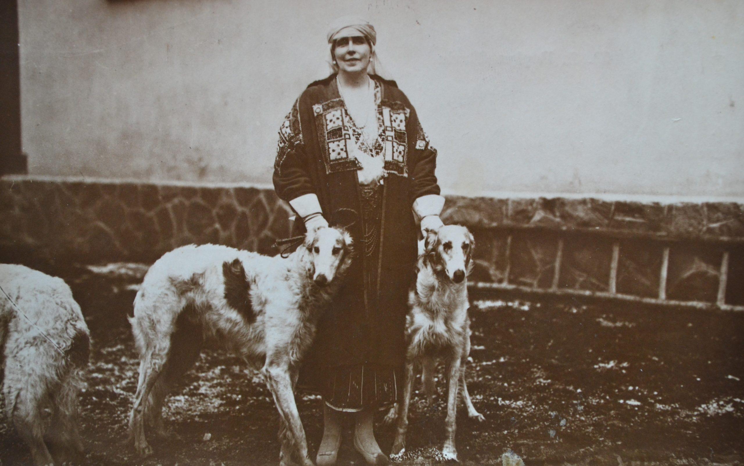 Regina Maria împreună cu doi dintre câinii ei iubiți de la Bran <br /> Sursă foto: Arhivele Naționale ale României