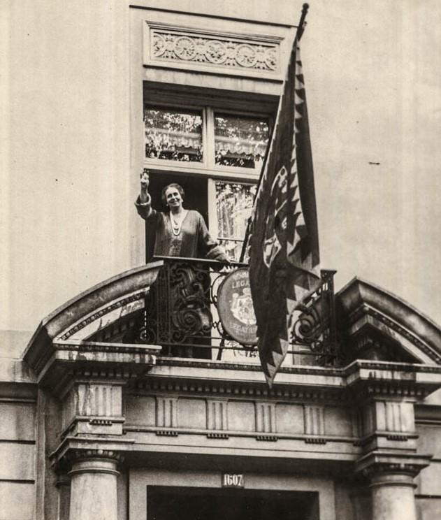 O salutare către America de la balconul Legației României din Washington <br /> Sursă foto: Arhivele Naționale ale României