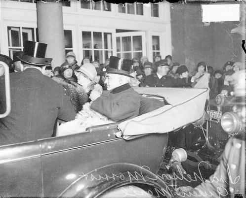 Regina Maria și Ira Nelson Morris în automobil, Chicago <br /> Sursă foto: https://explore.chicagocollections.org/