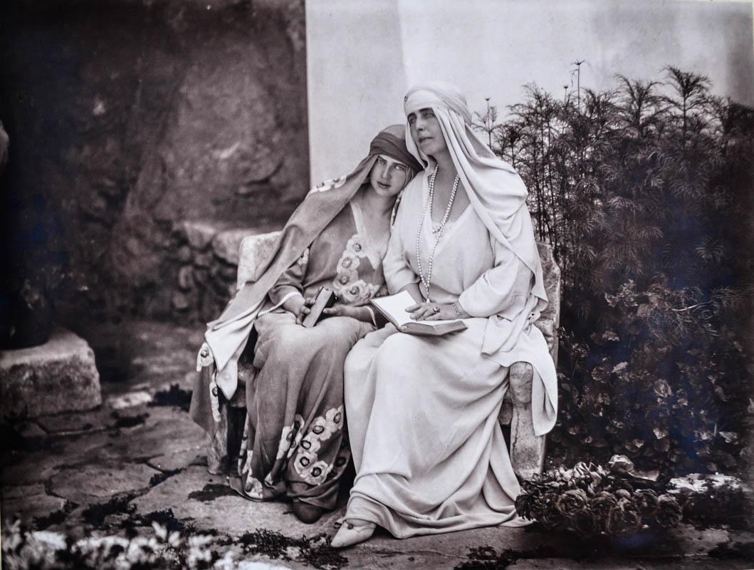 Regina Maria și fiica sa Ileana, la Castelul Bran <br /> Sursă: Arhivele Naționale ale României