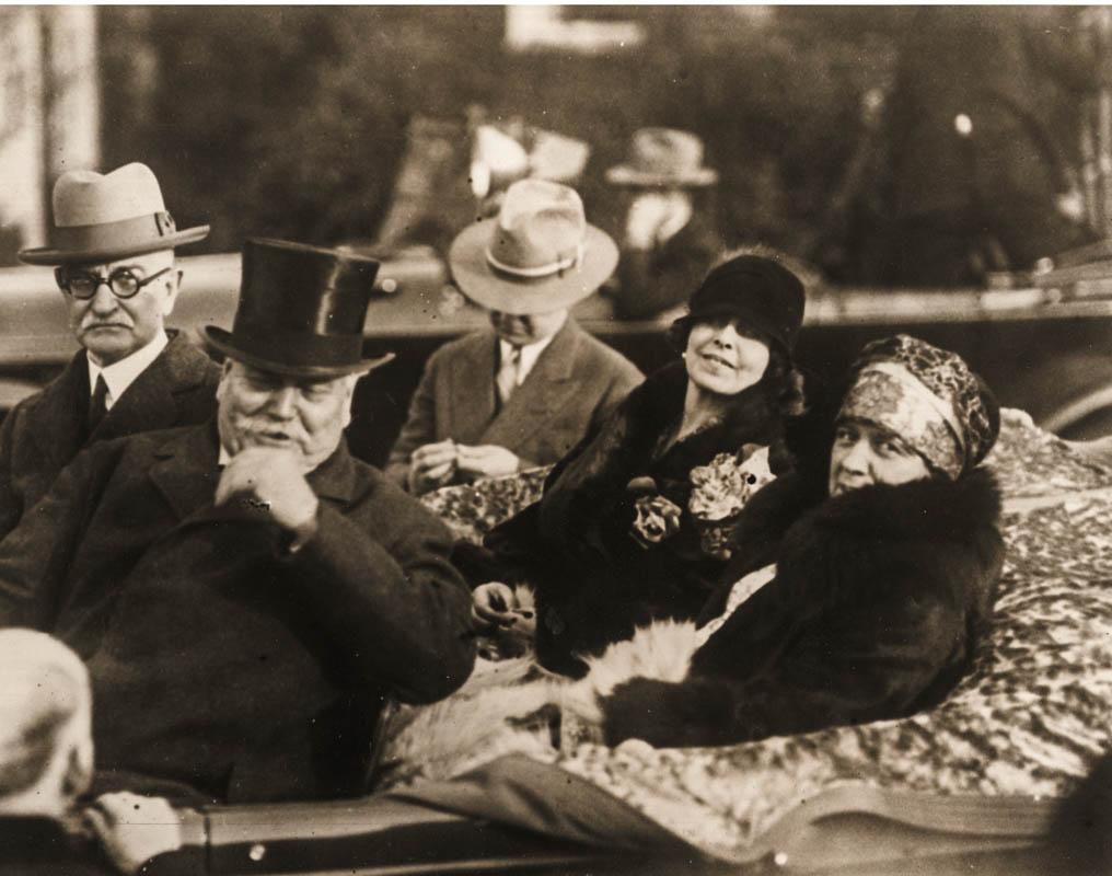 Regina Maria în automobil cu Samuel Hill și alți oficiali americani <br /> Sursă foto: Arhivele Naționale ale României