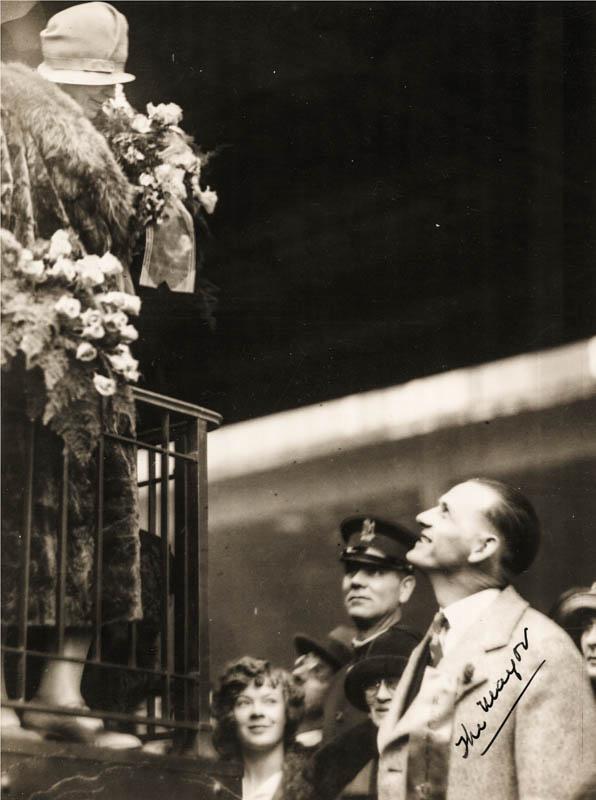 Regina Maria întâmpinată cu flori de primarul din Casper, statul Wyoming, SUA <br /> Sursă foto: Arhivele Naționale ale României