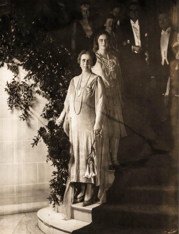 Regina Maria şi principesa Ileana, la Legaţia României din Washington, înaintea dineului <br /> Sursă foto: Arhivele Naționale ale României
