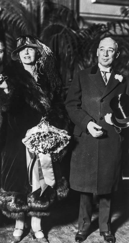 Regina Maria ținând în mână cheia de aur a Philadelphiei, alături de primarul W. Freeland Kendrick <br /> Sursă foto: Arhivele Naționale ale României