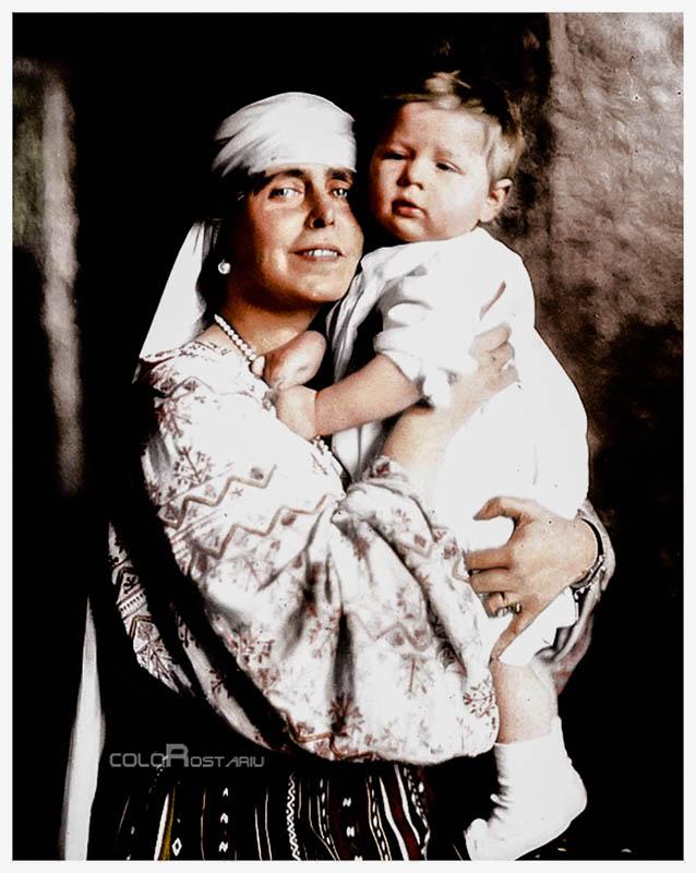 Principele Mihai în braţele bunicii sale, Regina Maria a României <br /> Fotografie colorizată de Florin Roștariu