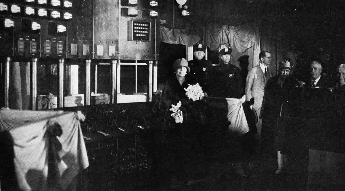 Regina Maria la Uzina Electrică Edison din Statele Unite ale Americii <br /> Sursă foto: Arhivele Naționale ale României