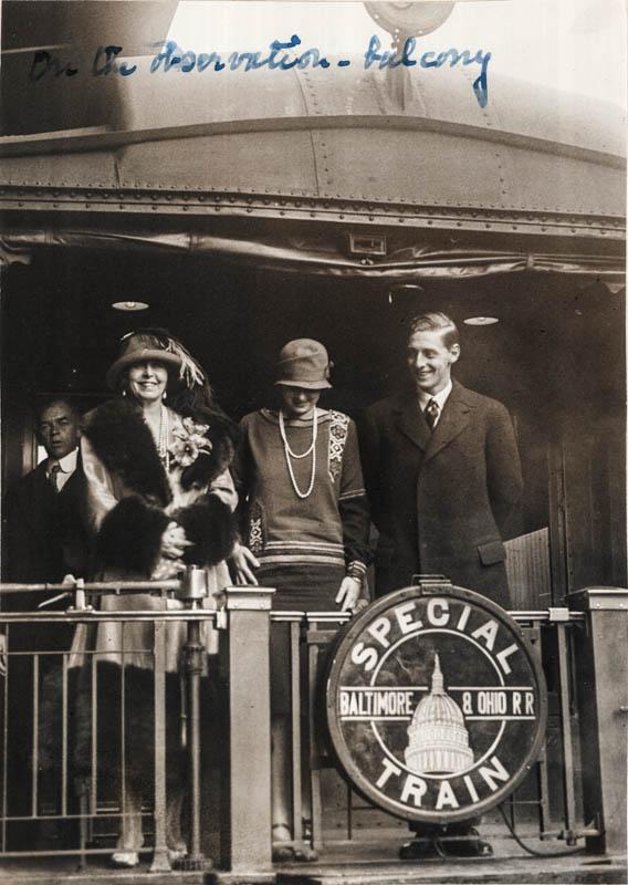 Regina Maria, principesa Ileana și prințul Nicolae, la balconul de observație, Philadelphia <br /> Sursă foto: Arhivele Naționale ale României